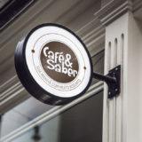 Café & Saber Logo